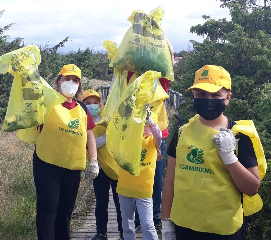 Volontari puliscono la Lecciona